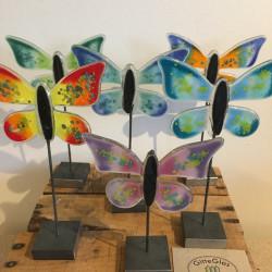 Glas sommerfugl i metalfod