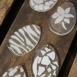 Påskeæg med hvidt mønster