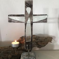 glaskors med kristusfigur